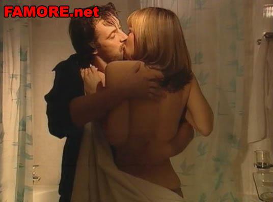 Эротическое фото: Голая Ксения Назарова целуется с мужчиной перед сексом.