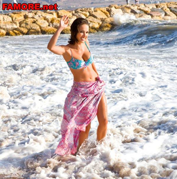 Фото: Юлия Зимина (Yuliya Zimina) стоит в бурной реке.