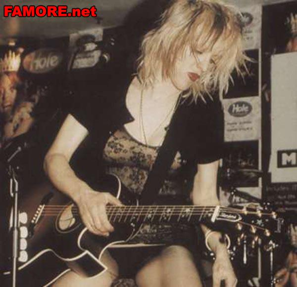 Кортни Лав (Courtney Love) с гитарой в руках