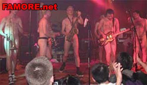 Голые парни на сцене видео концерт 183